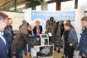 KFZ Innung Ahrweiler übergibt BBS Klimaanlagen Trainingssystem