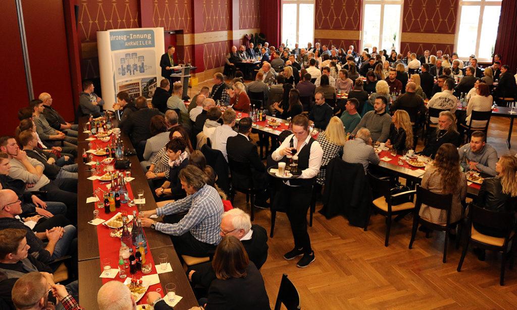 Zahlreiche Besucher konnte KFZ-Obermeister Dirk Waldecker zur Lossprechungsfeier begruessen